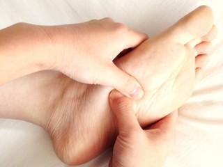 1日たった2分超簡単足つぼマッサージ!!足のむくみが解消され美脚になれる!!